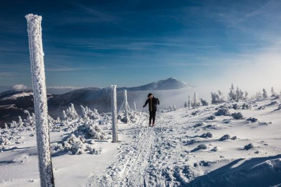 Widok na Sniezke z czerwonego szlaku w Karkonoszach